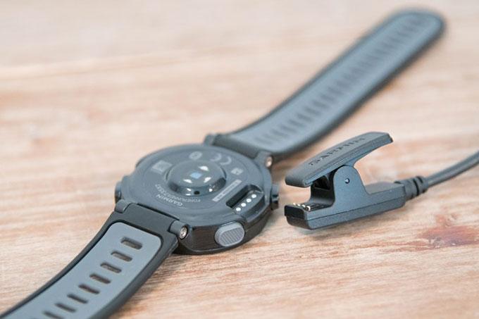 Часы для триатлона Forerunner 735XT. Зарядное устройство