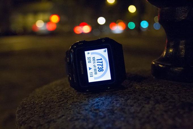 Спортивные часы для триатлона Garmin Forerunner 920XT. Подсветка