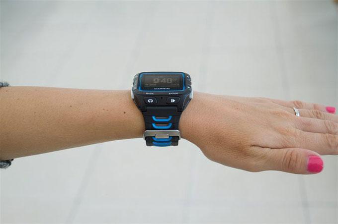 Спортивные часы для мультиспорта Forerunner 920XT. На женской руке